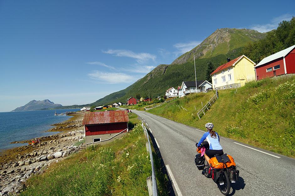 Transitons via un p'tit village de pêcheurs sur la  Helgelandskysten