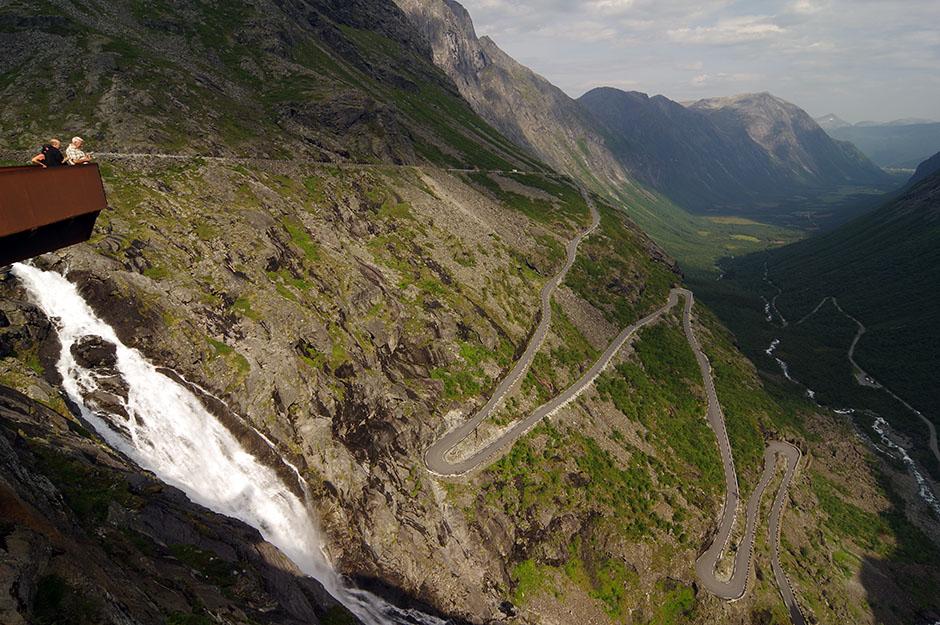 Belvdère de Trollstingen, l'échelle des trolls, l'une des réalisations architecturales intrigantes du projet des Routes touristiques nationales en Norvège. Møre og Romsdal.
