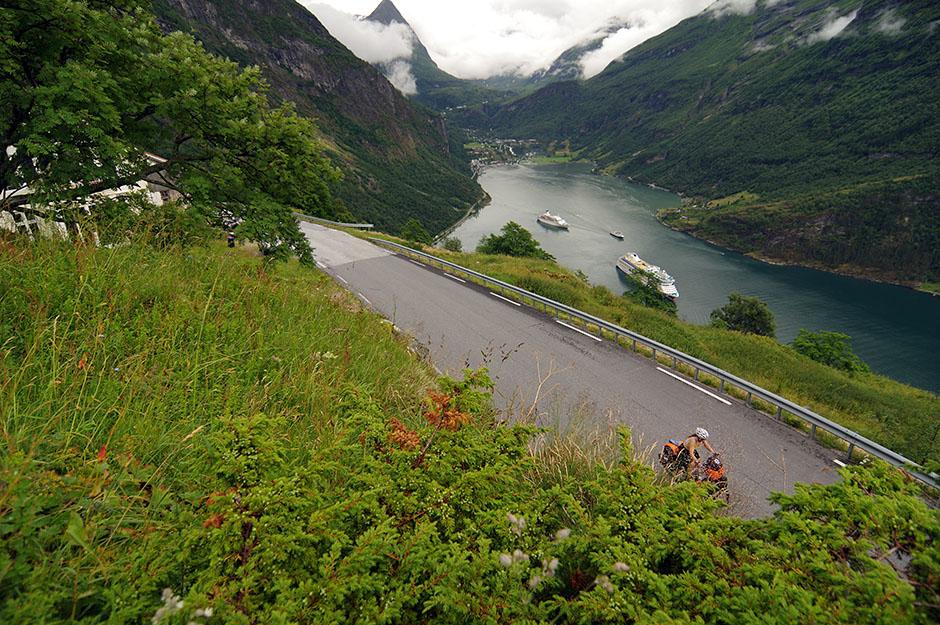 Janick se sort du bois des touristes et Geiranger. Møre og Romsdal.