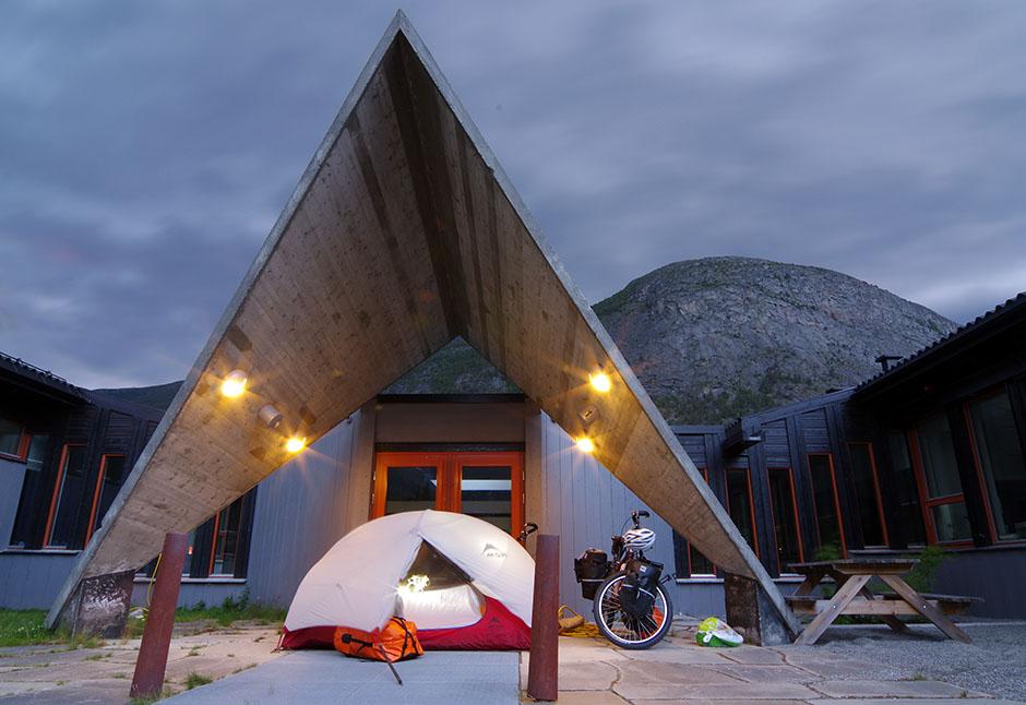 Campement tranquille par un samedi soir pluvieux devant la porte d'entrée de l'école de Bismo, dans la vallée de l'Otta. Opland.