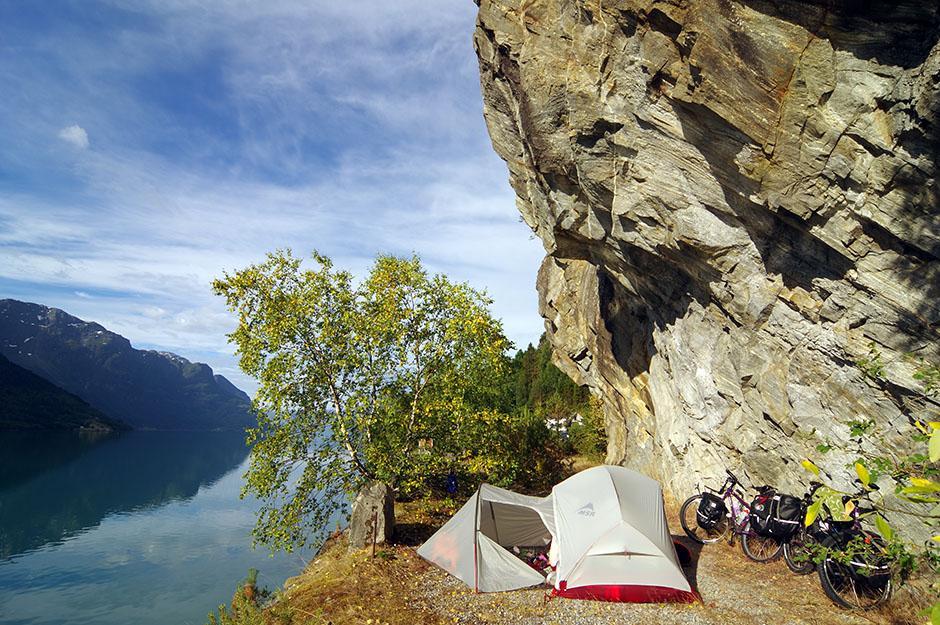 Bivouac en bordure du fjord Sogne, près de Luster. Hordaland.