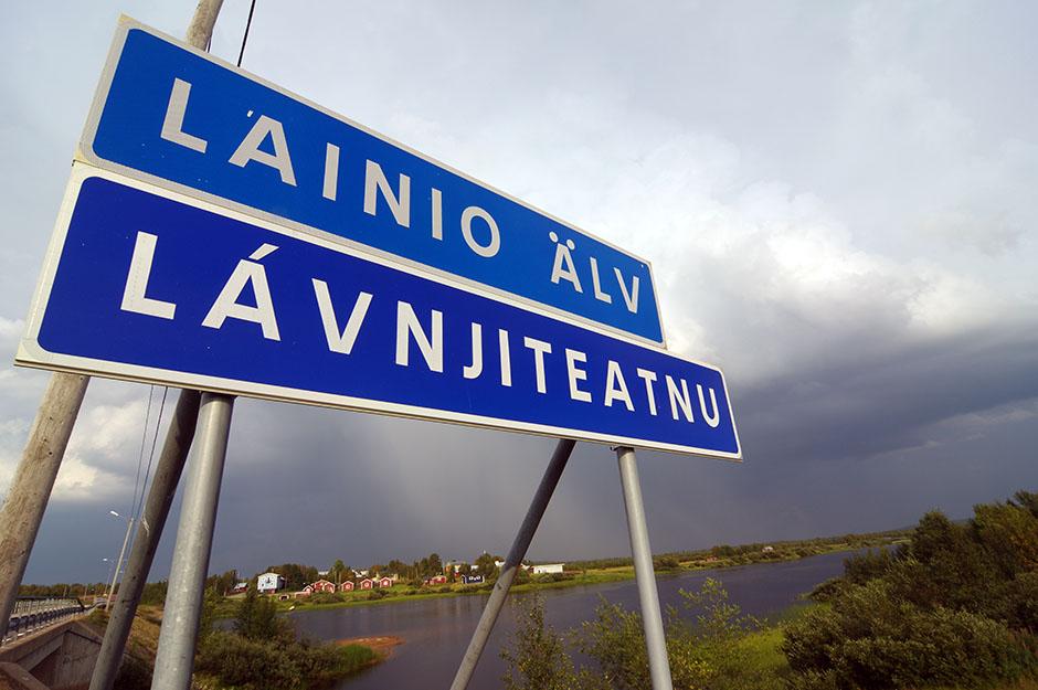 Traversée de la rivière Lainio, affluent de la Torne. Lapland.